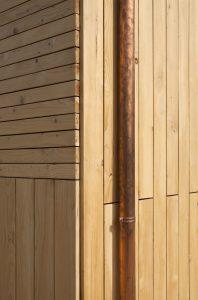 Detall fçana ventilada amb fusta d