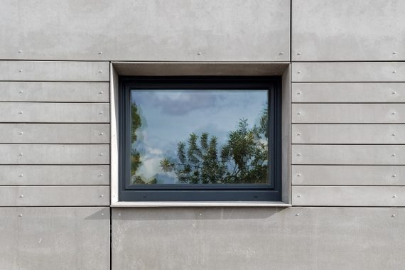 Detall finestra i fibrocimet casa passiva Vilanova Papik Cases Passives