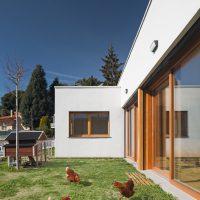 jardí amb gallines de K-codines casa passiva eskimohaus autosuficient a catalunya