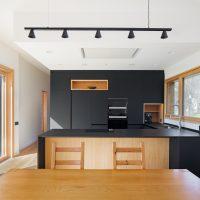 cuina i menjador de K-Codines casa passiva eskimohaus autosuficient a catalunya