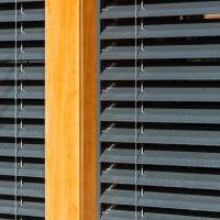 Detall de finestres apilables i orientables griesse K-codines casa passiva eskimohaus autosuficient a Catalunya