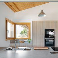 Detall de la cuina de K-Hostalets una casa certificable sota l'estàndard Passivhaus construïda per Papik Cases Passives