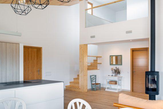 Cuina, escales i menjador de K-Hostalets una casa certificable sota l'estàndard Passivhaus construïda per Papik Cases Passives